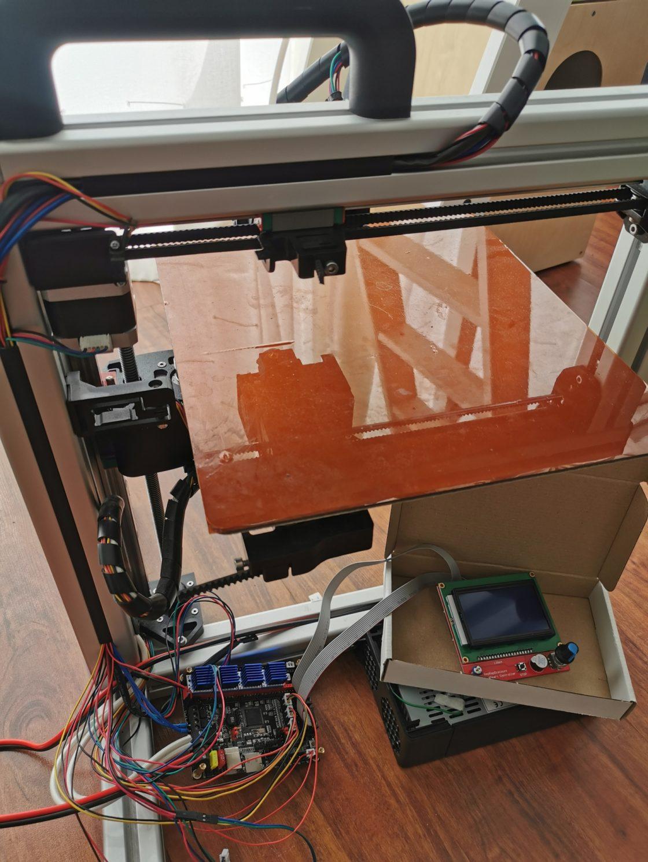 een half uit elkaar liggende 3D printer