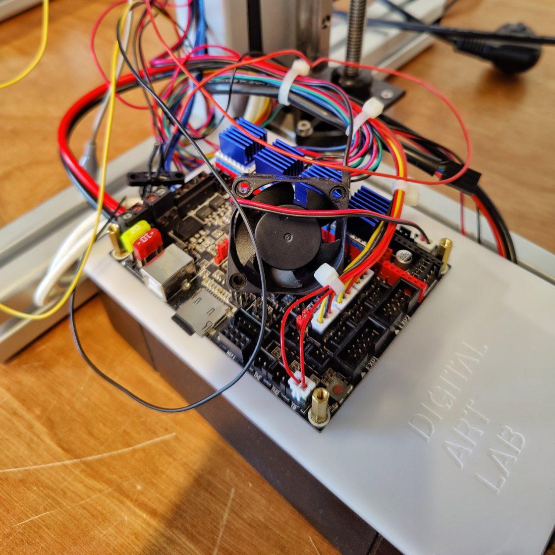 close up van een 3D printer mainboard met een hoop draadjes eruit