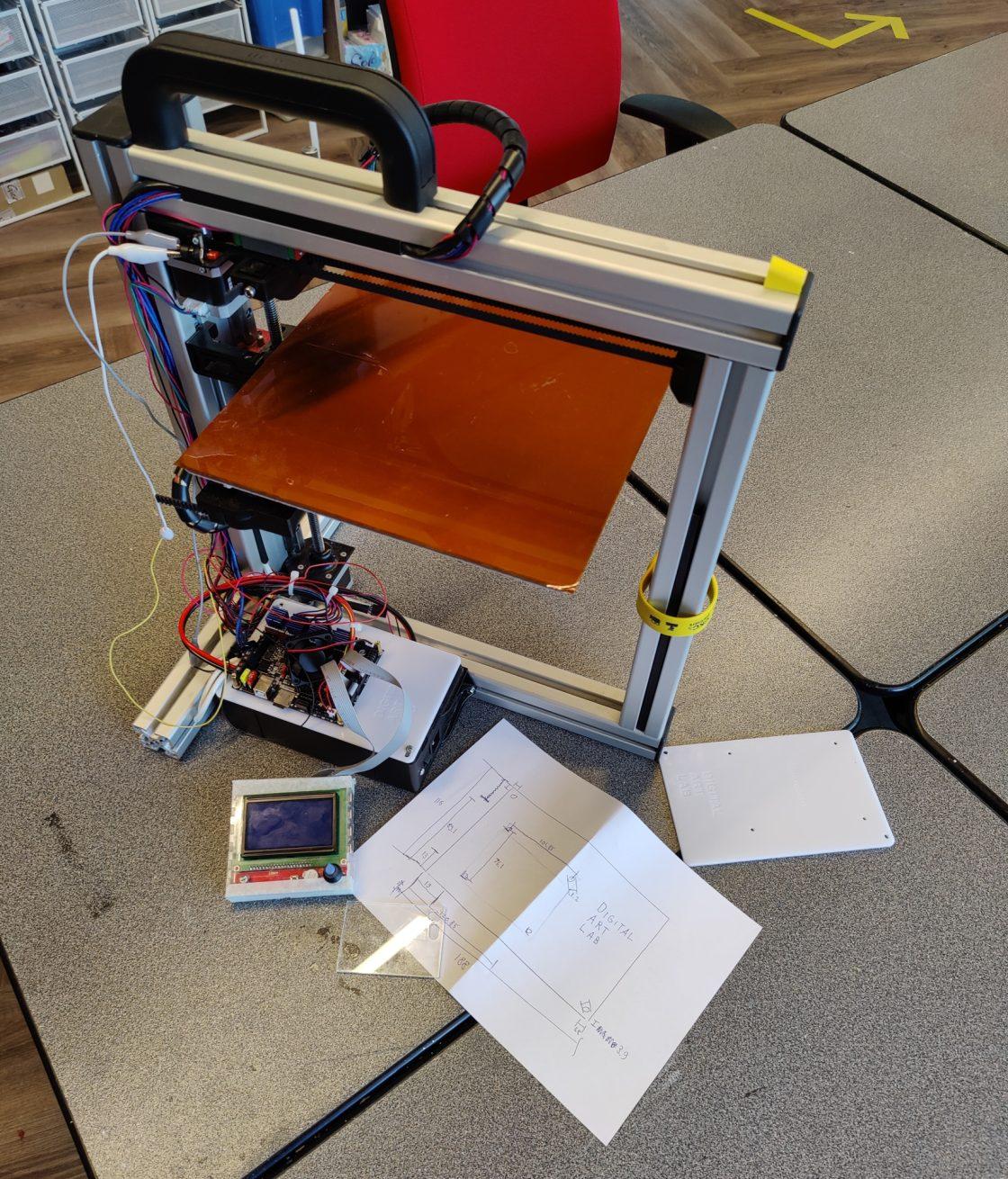rommleige foto van een half afgemaakte 3D printer