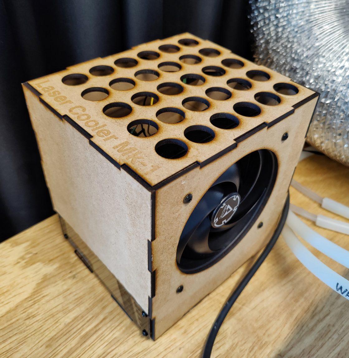 Lasergesneden houten doosje met een ventilator en buisjes eruit