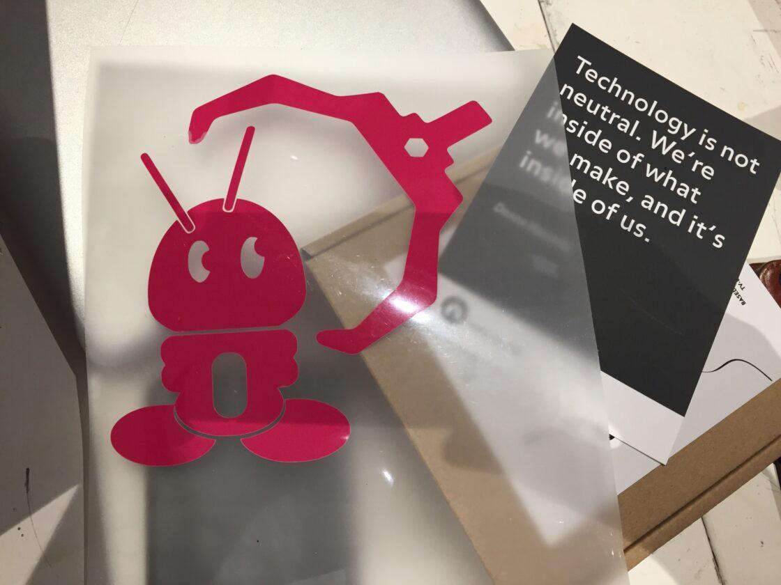 Roze robotje uitgesneden op de vinylsnijder