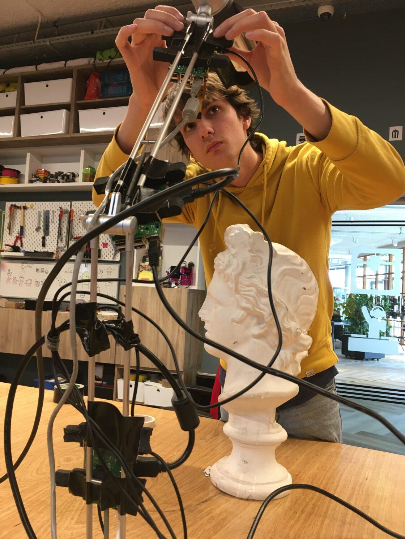 webcams aan een bureaulamp tapen
