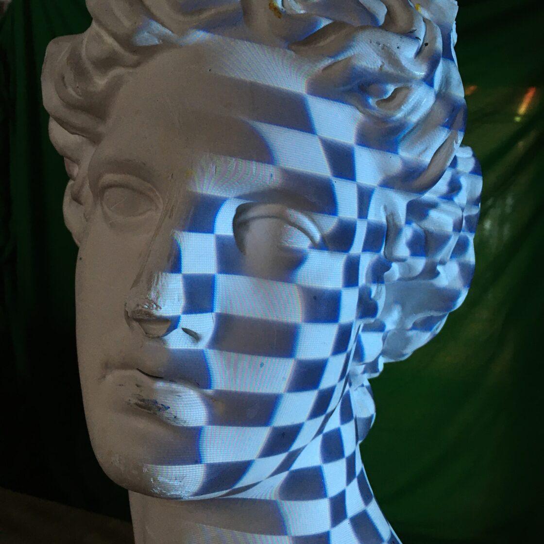 Klassiek standbeeld met projectie tijdens 3D scan proces