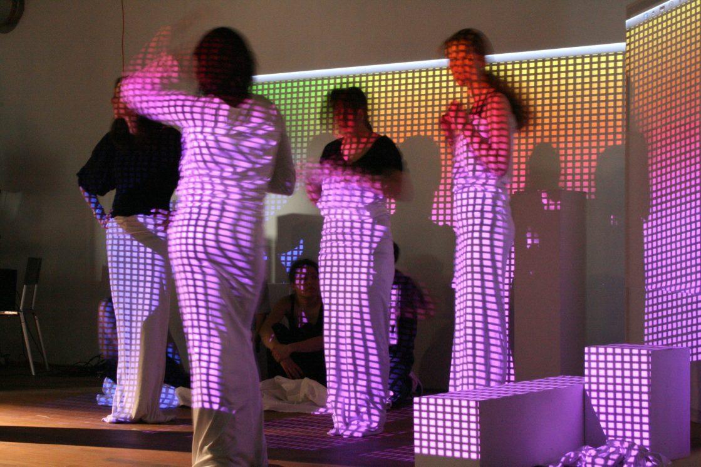 Dansers met pixel projectie