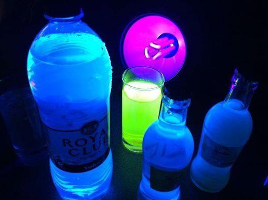 Tonic licht blauw op in UV licht