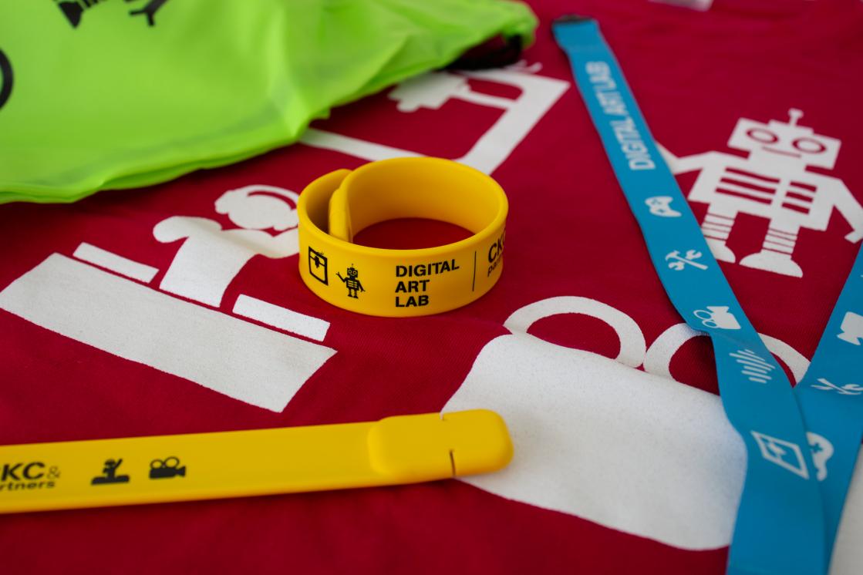 Digital Art Lab merchandise, shirt keycord en usb stick